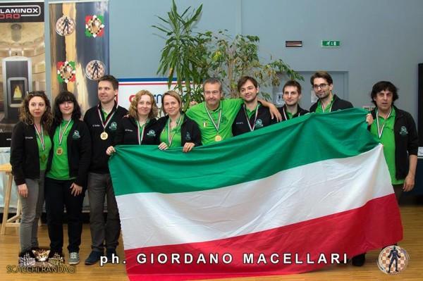 le due squadre Campioni d'Italia. del Circolo R. Fischer Chieti!