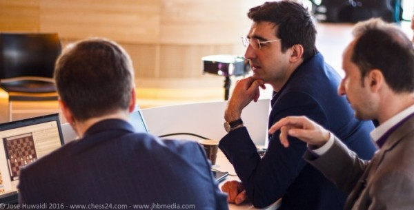 """Kramnik e Topalov, due acerrimi """"nemici"""" che però nmel Norway Chess hanno trovado il mdo di analizzare insieme"""