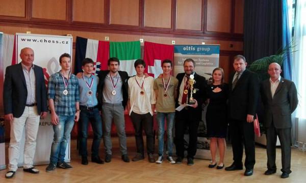 l'Italia con la coppa del terzo posto