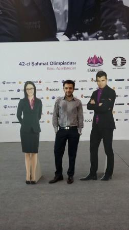 Aghayev con Carlsen e Hou Yifan