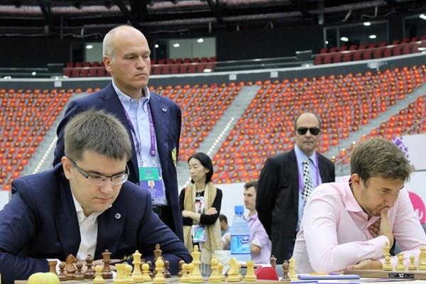 Filatov osserva Tomashevsky e Karjakin