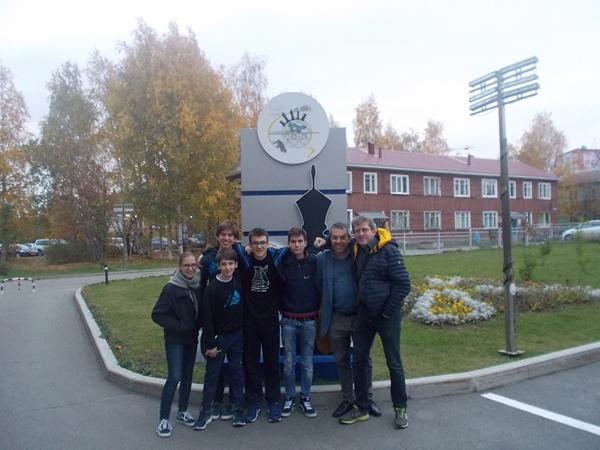 Davanti allo Scacchi Club di Khanty-Mansiysk