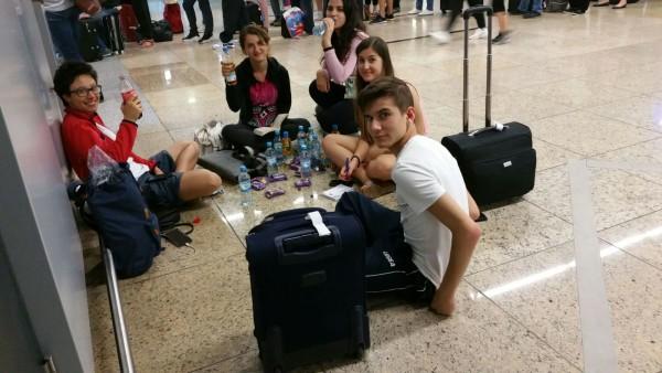 un momento di relax nell'aeroporto di Francoforte durante le lunghe attese dpvute all'evacuzione avvenuta in mattinataa