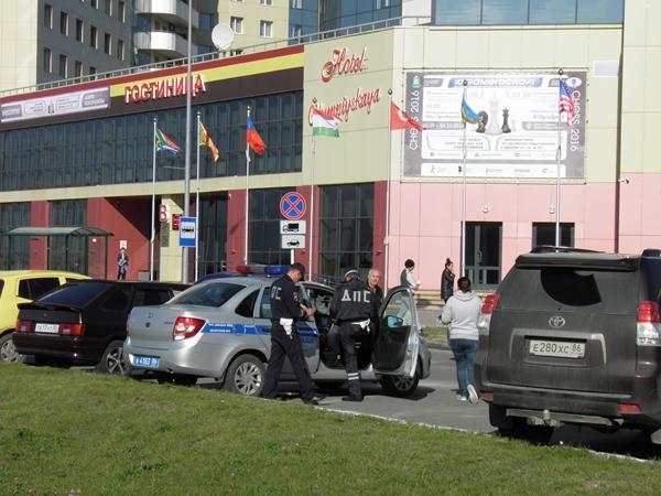 una pattuglia della polizia che effettua dei controlli davanti all'ingresso.