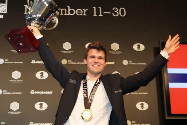 Risultati immagini per Carlsen alza la coppa dalle grandi orecchie