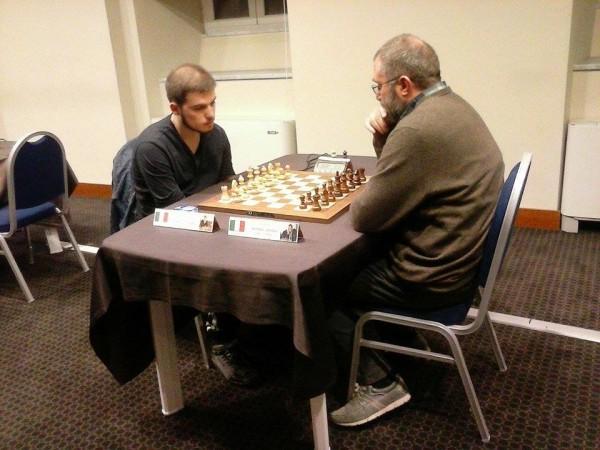 Godena e Basso si accingono a giocare gli spareggi blitz. Foto Claudio Stirpe