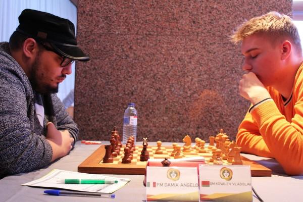 Damia, impegnato con il GM Kovalev. Foto Federação Portuguesa de Xadrez