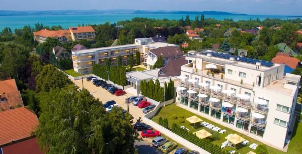 l'Hotel Ket Korona, sede di gioco. Sullo sfondo il lago Balaton