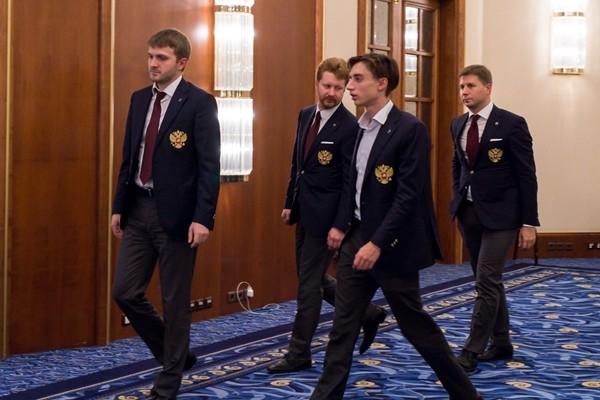 i russi si avviano mestamente verso la sala per la premiazione