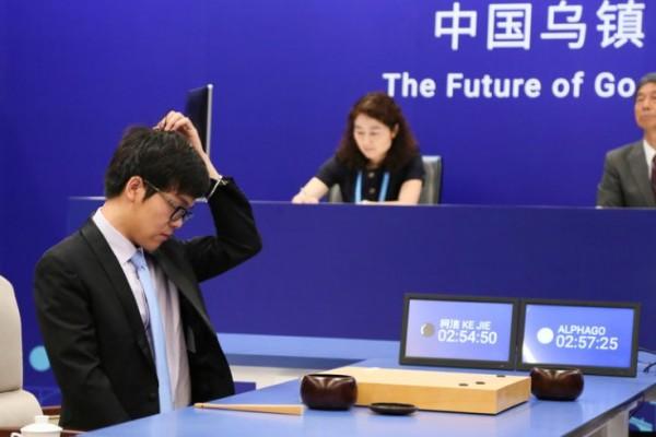 Il n.1 del Go mondiale, Ke Jie, durante la sfida con AlphaGo