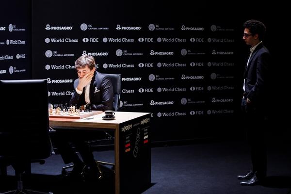Caruana osserva Karjakin, in grande rimonta. Foto @theworldchess