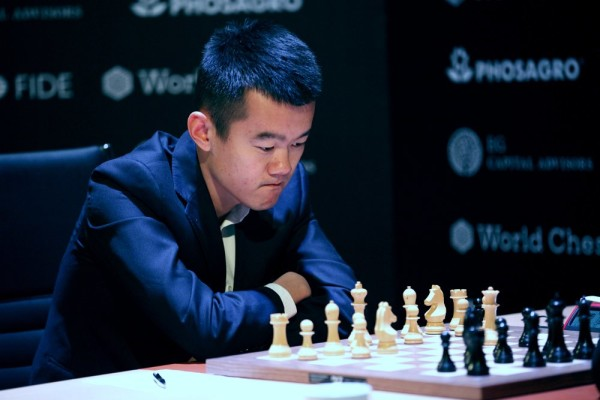 Ottava patta in otto partite per Ding Liren. Foto FIDE