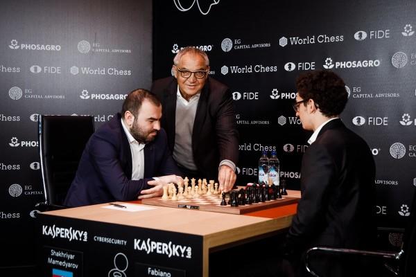 Felix Magath gioca la prima mossa della Mamedyarov-Caruana, ma la partita non riserva sorprese e termina con una patta. Foto FIDE