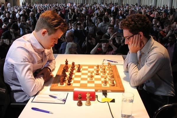 Caruana-Carlsen, 1° turno del Grenke Chess Classic. Foto dalla Galleria del Sito Ufficiale