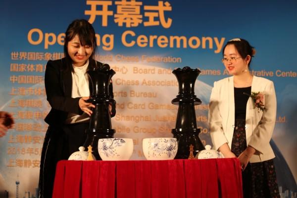 la Sfidante Ju Wenjun e la Campionessa Tan Zhongyi durante la Cerimonia di inaugurazione