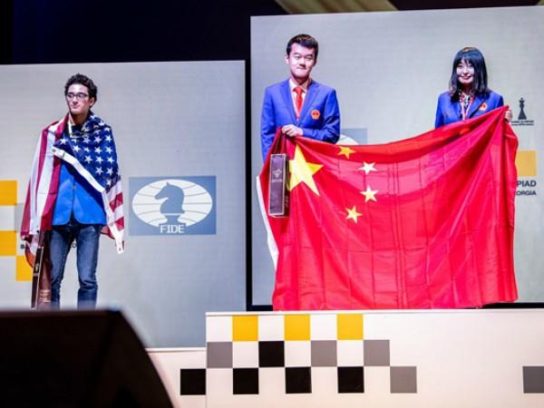 Premiazione_Olimpiadi_2018_Caruana_Ding_Ju_Home