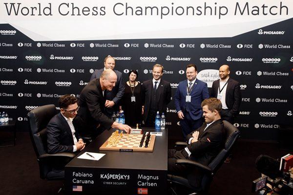"""L'attore Woody Harrelson gioca la prima mossa della prima partita, """"sbagliando"""" apertura (1.d4). Foto World Chess."""
