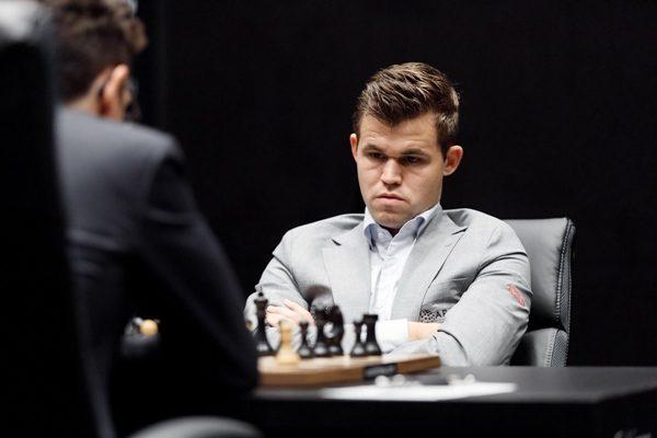 Piccole imprecisioni e piccole emozioni nella terza partita. E il match non si sblocca. Foto World Chess