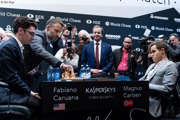 """Il neo Presidente della FIDE Arkady Dvorkovich """"presiede"""" l'inizio della dodicesima e ultima partita. Foto Niki Riga"""