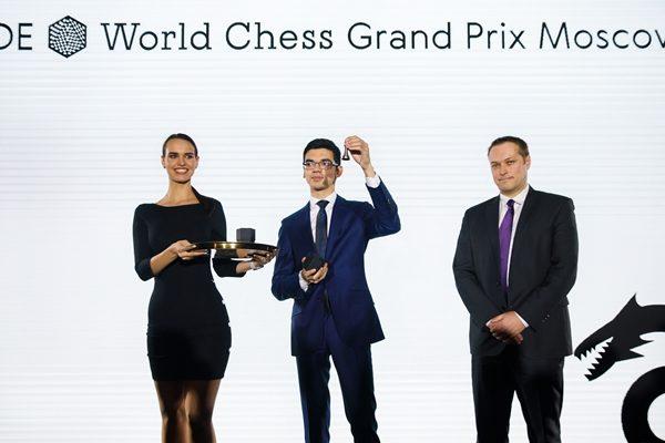 Giri sorteggia il bianco per la prima partita degli ottavi. Foto FIDE