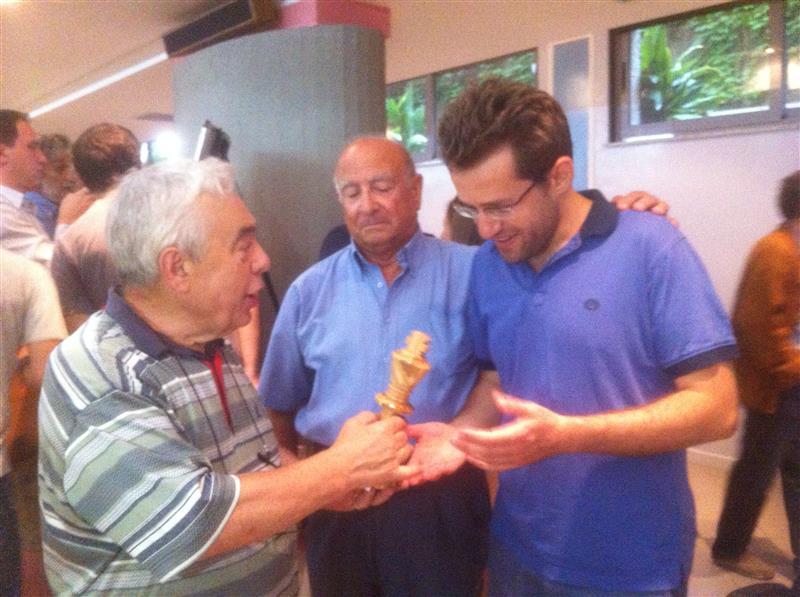 attina-presidente-del-comitato-regionale-calabrese-consegna-una-scultura