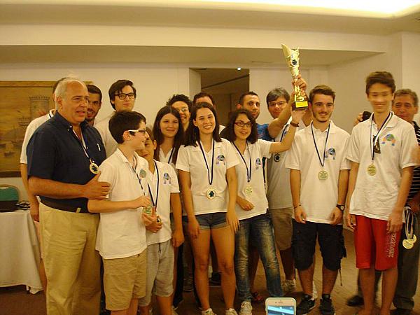 """l'affollato primo ggradino del podio con i 15 giocatori impegati dai neo campioni dell'EOAO """"Fysiolatris"""" Nikaias"""