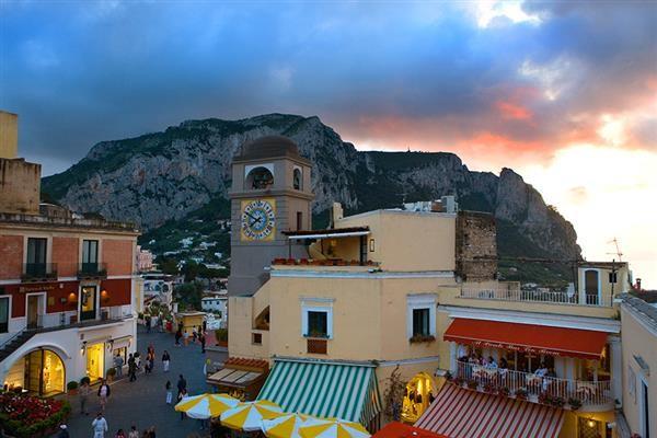 Capri-piazza-sera-2
