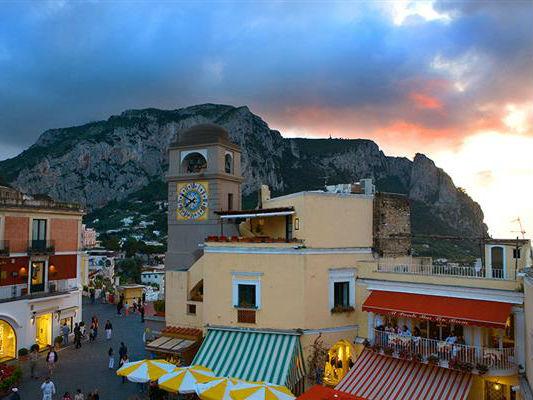 Capri-piazza-sera-2-Home