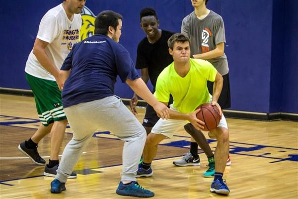 Magnus-Carlsen-playing-basketball-at-Webster-University-0011 (Custom)