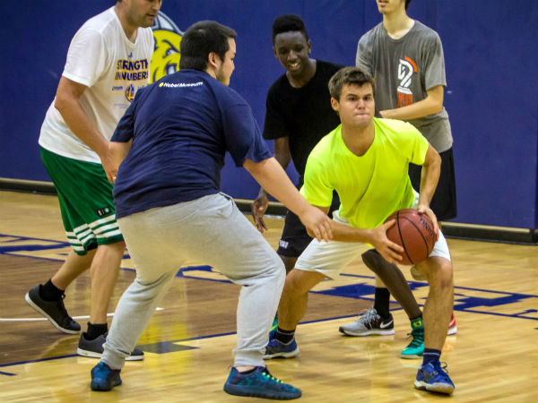 Magnus-Carlsen-playing-basketball-at-Webster-University-0011home