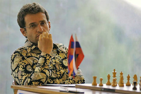 aronian-in-colourful-shirt