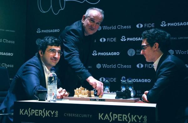 Caruana in testa dopo aver battuto Kramnik nel 4° turno, in una partita emozionante e ricca di capovolgimenti di fronte. Foto FIDE