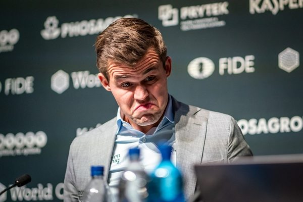 La reazione di Carlsen dopo aver saputo che Caruana aveva un matto forzato (computer).