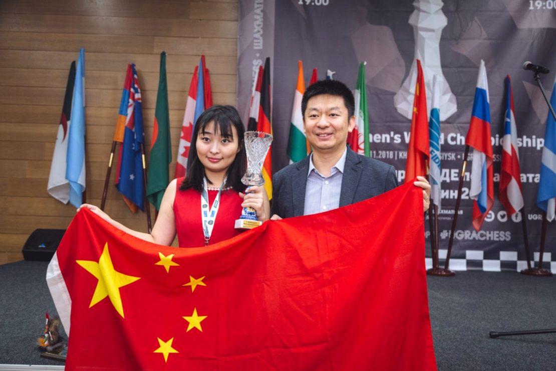 La premiazione della Ju Wenjun, con il suo allenatore. Foto dalla galleria del sito ufficiale