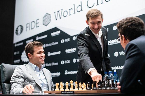 """Karjakin prova a movimentare il Match giocando la mossa """"cerimoniale"""" 1.b4, ma Carlsen preferisce 1.e4. Foto Maria Emelianova @photochess che ha invitato il nuovo Presidente della Fide Arkady Dvorkovich a giocare 1.g4 in occasione della dodicesima partita"""