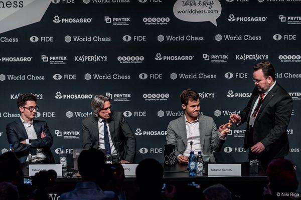 Sorteggio per gli spareggi rapid: Carlsen pesca il bianco per la prima partita. Foto Niki Riga