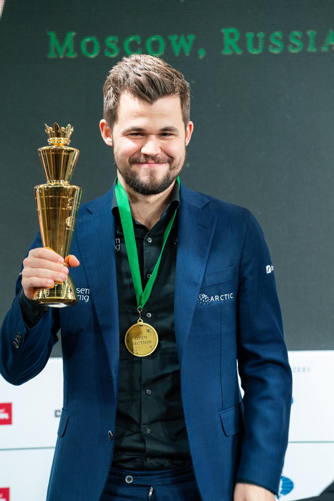 Mondiale_Rapid_blitz_2019_premiazione_carlsen_trofeo